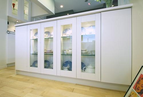 キッチンカウンターに食器棚