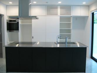 黒いアイランドキッチンステンレス