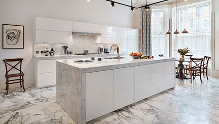 白い大理石のアイランドキッチン