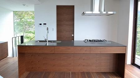 濃い木目調のアイランドキッチン