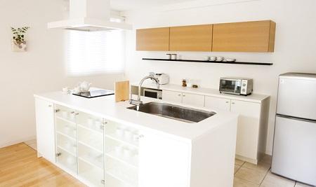 白とガラスのアイランドキッチン