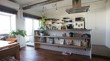 カウンター下の収納スペースのあるアイランドキッチン