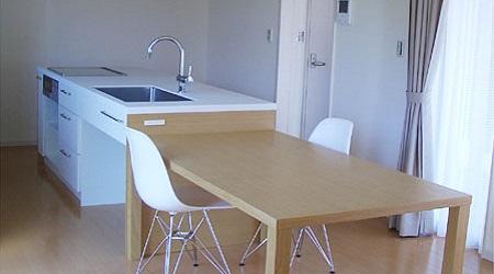 ダイニングテーブルのある白いアイランドキッチン