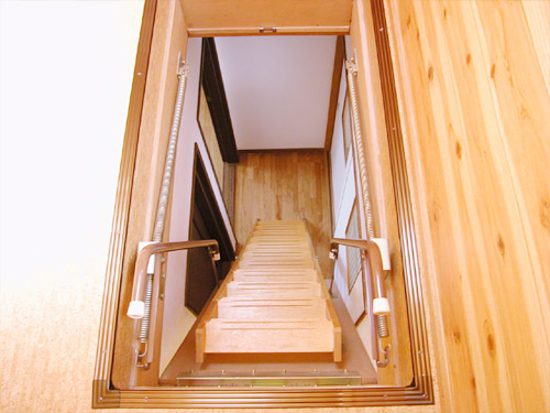 注文住宅屋根裏部屋階段