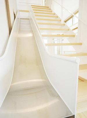 滑り台付きの階段